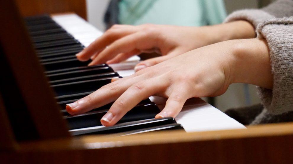 La forme à 5 doigts sur un piano