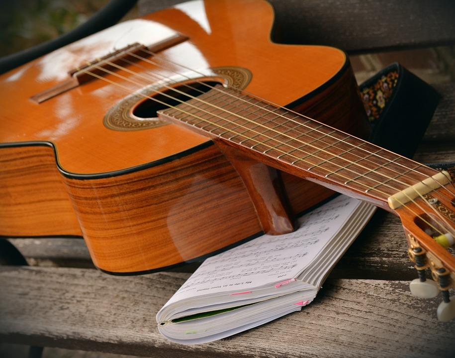 Guitare conçue avec de lourdes cordes